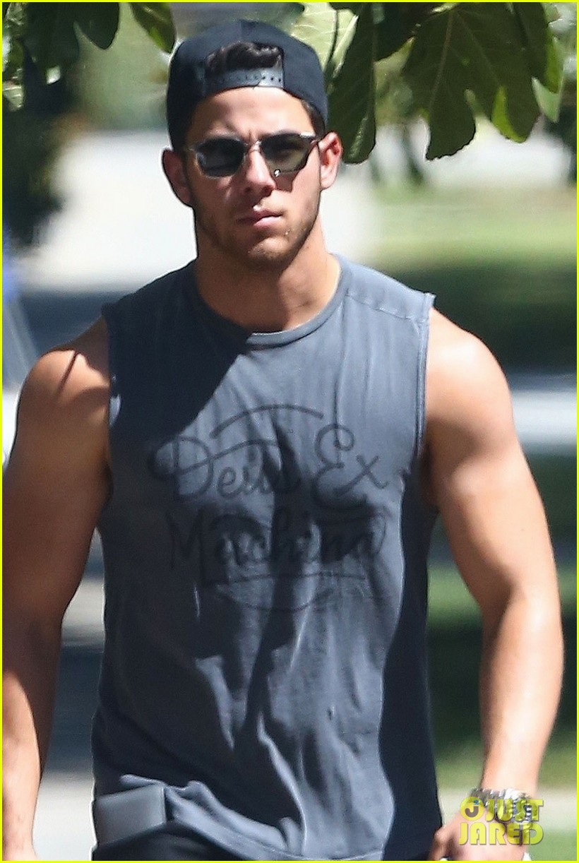 nick jonas shows off his massive biceps at breakfast 053941182