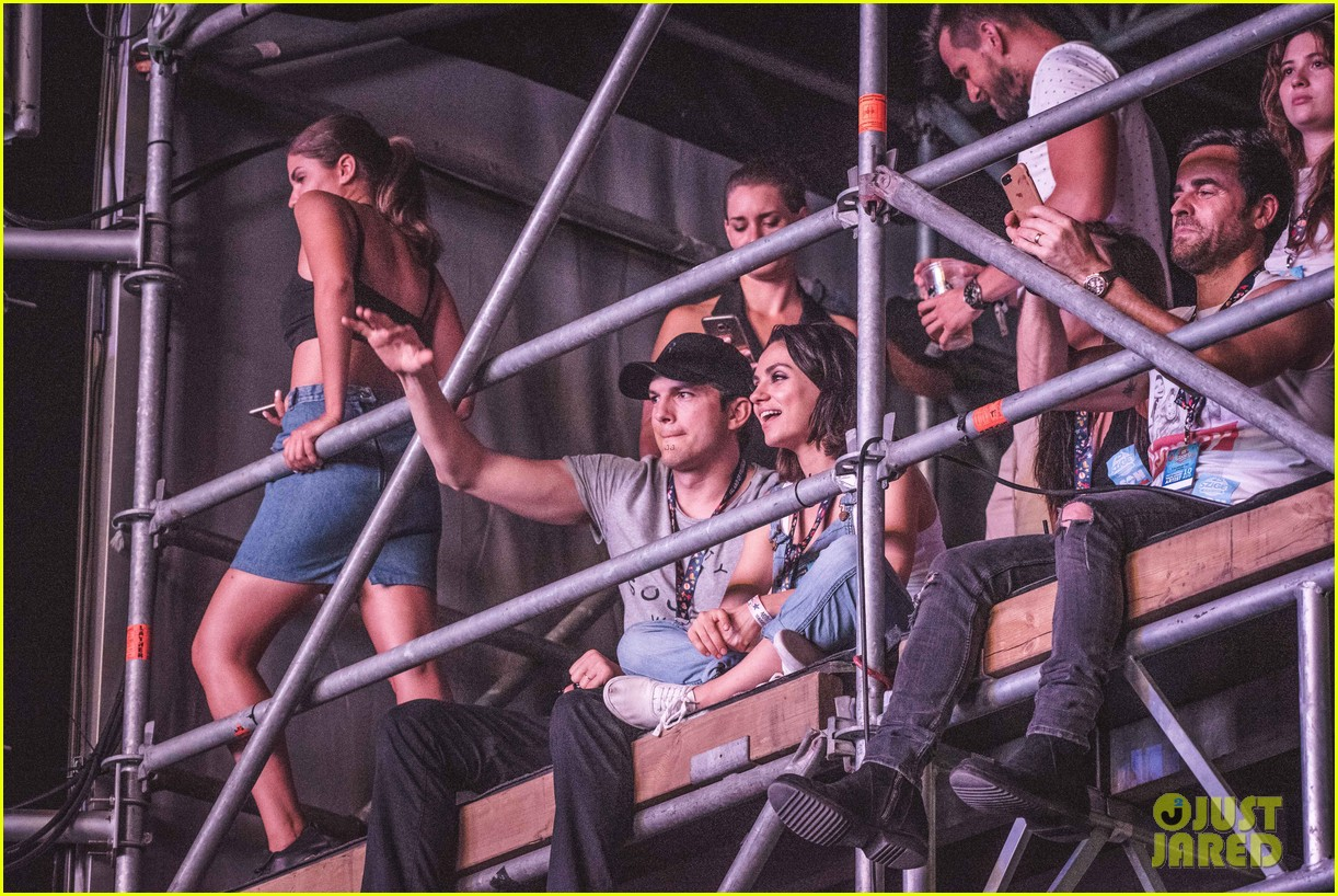 ashton kutcher mila kunis sit on scaffolding to watch wiz khalifa 033941063