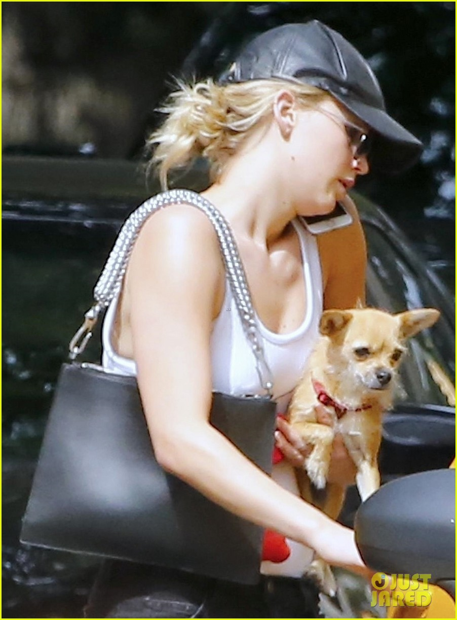 jennifer lawrence brings her dog along for a taxi ride 033947669