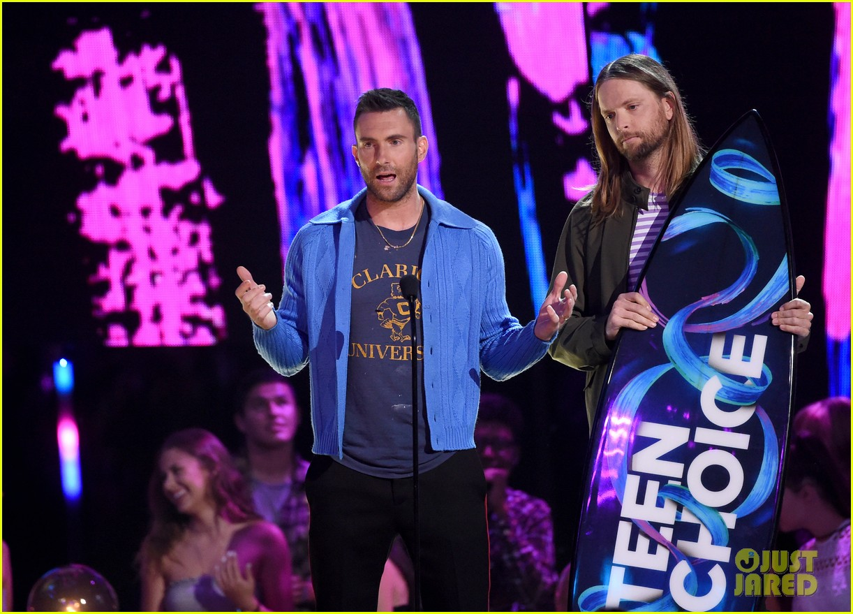 adam levine maroon 5 accept decade award at teen choice awartds 023941490