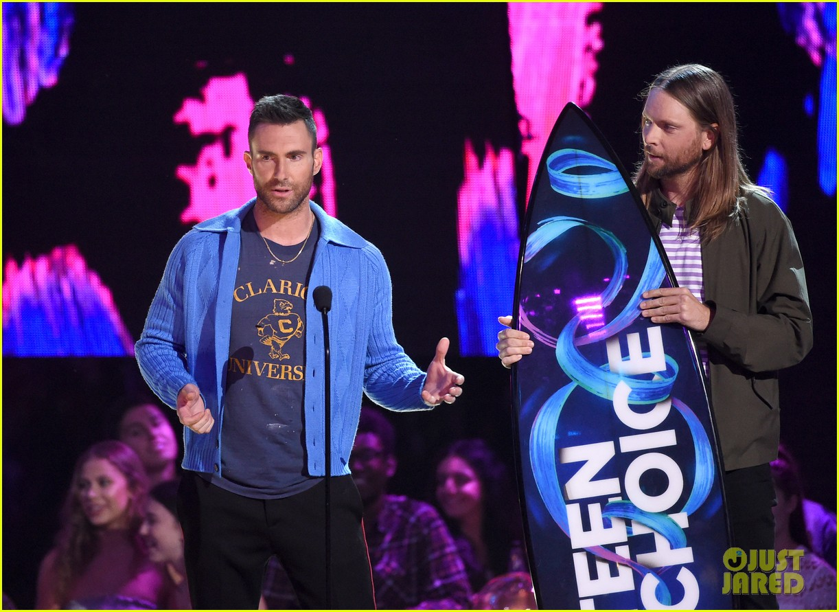 adam levine maroon 5 accept decade award at teen choice awartds 053941493