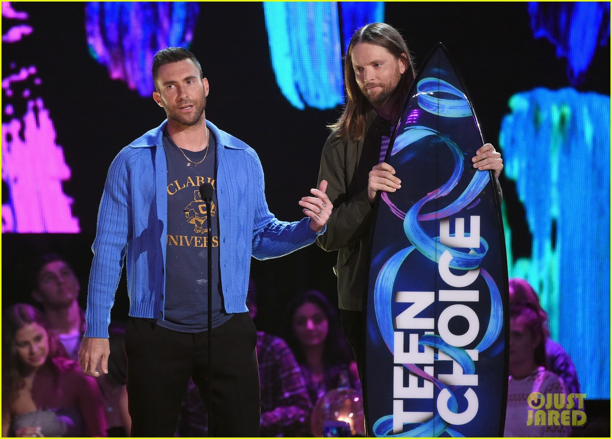 adam levine maroon 5 accept decade award at teen choice awartds 063941494