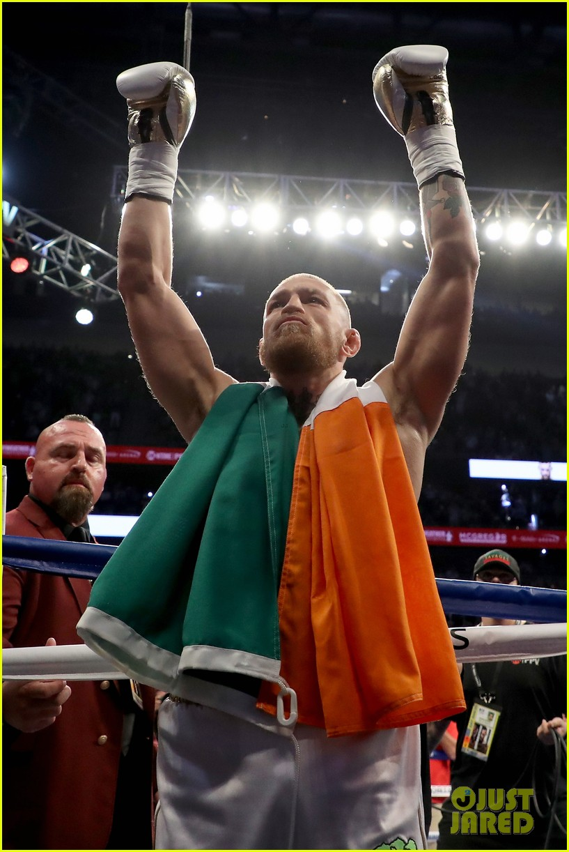 floyd mayweather wears ski mask conor mcgregor wears ireland flag to fight 013945994