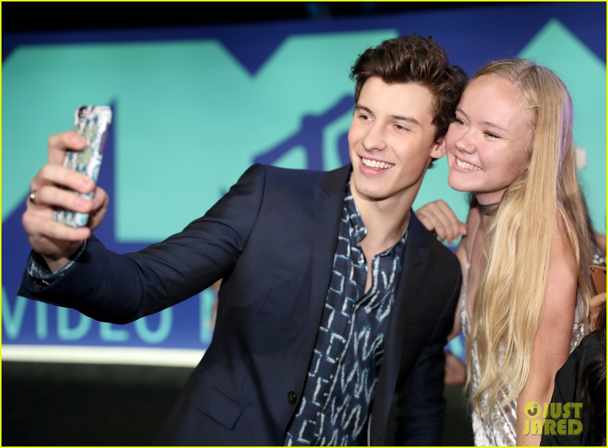 shawn mendes suits up for the 2017 mtv vmas 083946556