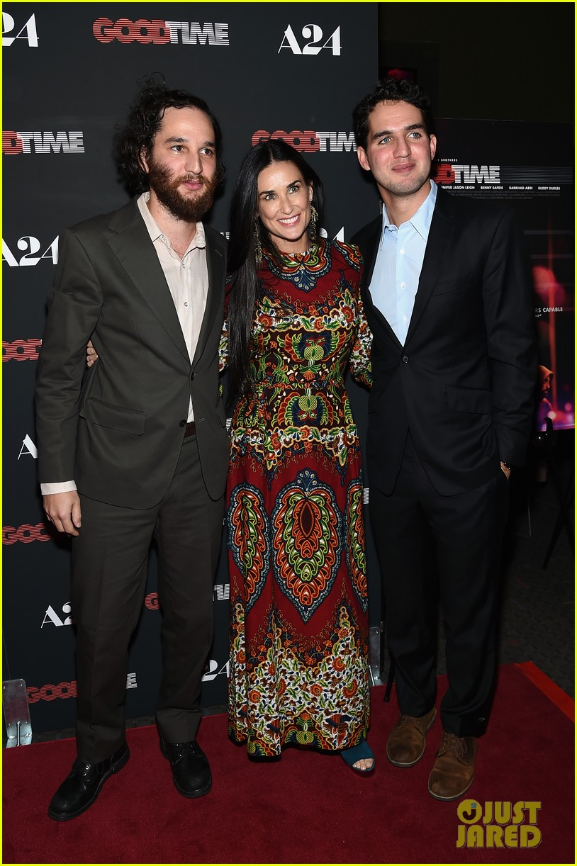 robert pattinson suits up for good time nyc premiere 333939806