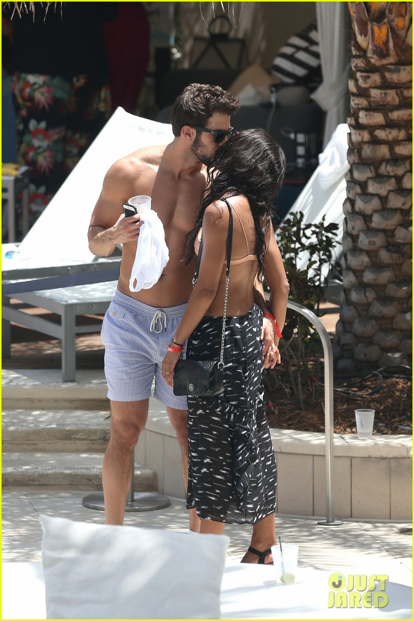the bachelorettes rachel bryan share poolside kiss in miami 143943623
