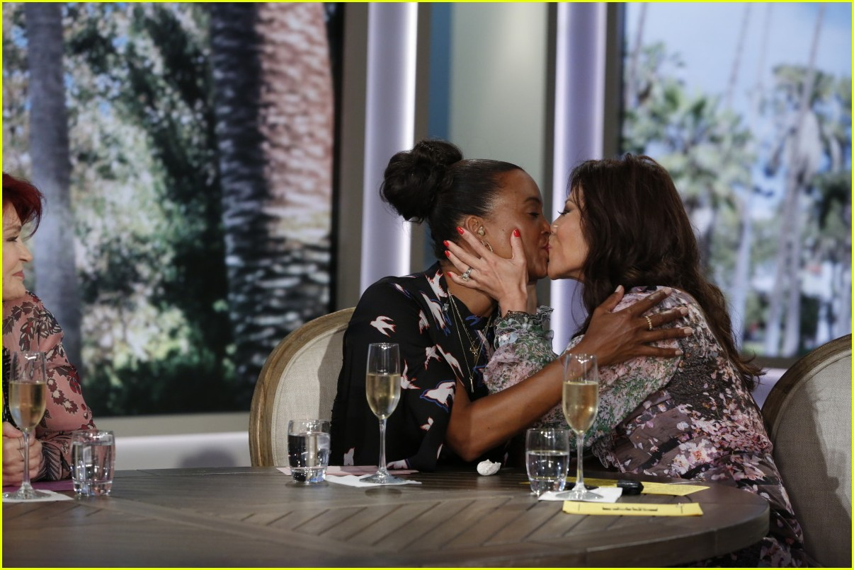 aisha tyler says goodbye to the talk with an emotional send off 043937878