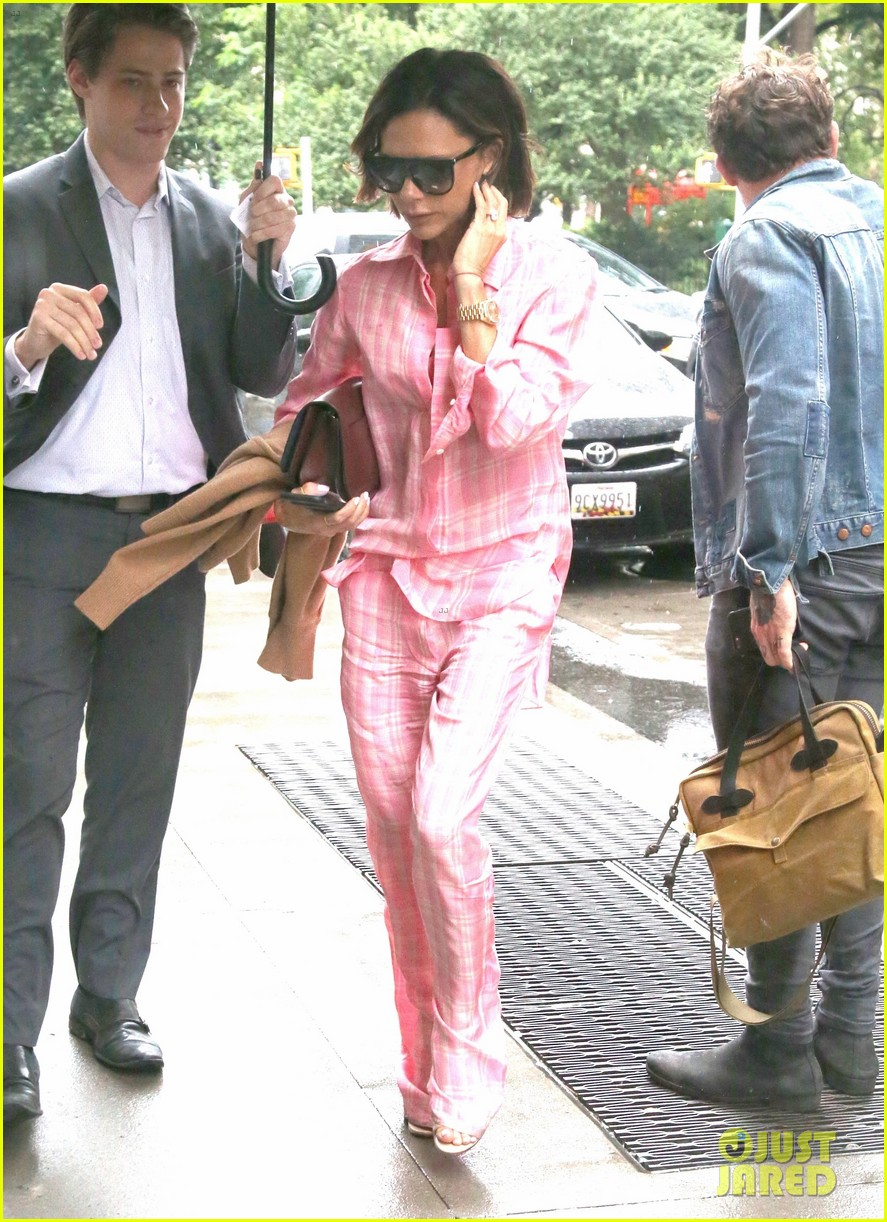 Victoria Beckham Stays Stylish in New York City Rain: Photo 3947787 ...
