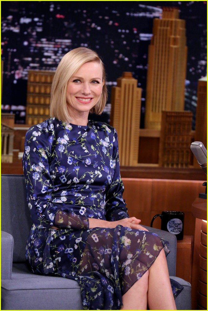 naomi watts does a split on tv for jimmy fallon 023941035