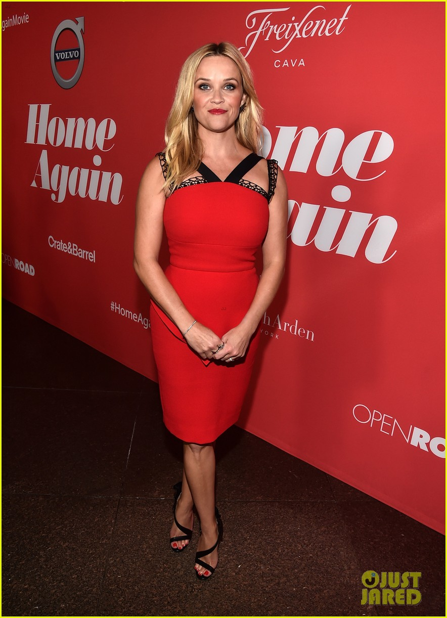 reese witherspoon takes lookalike daughter ava to home again premiere 253947918