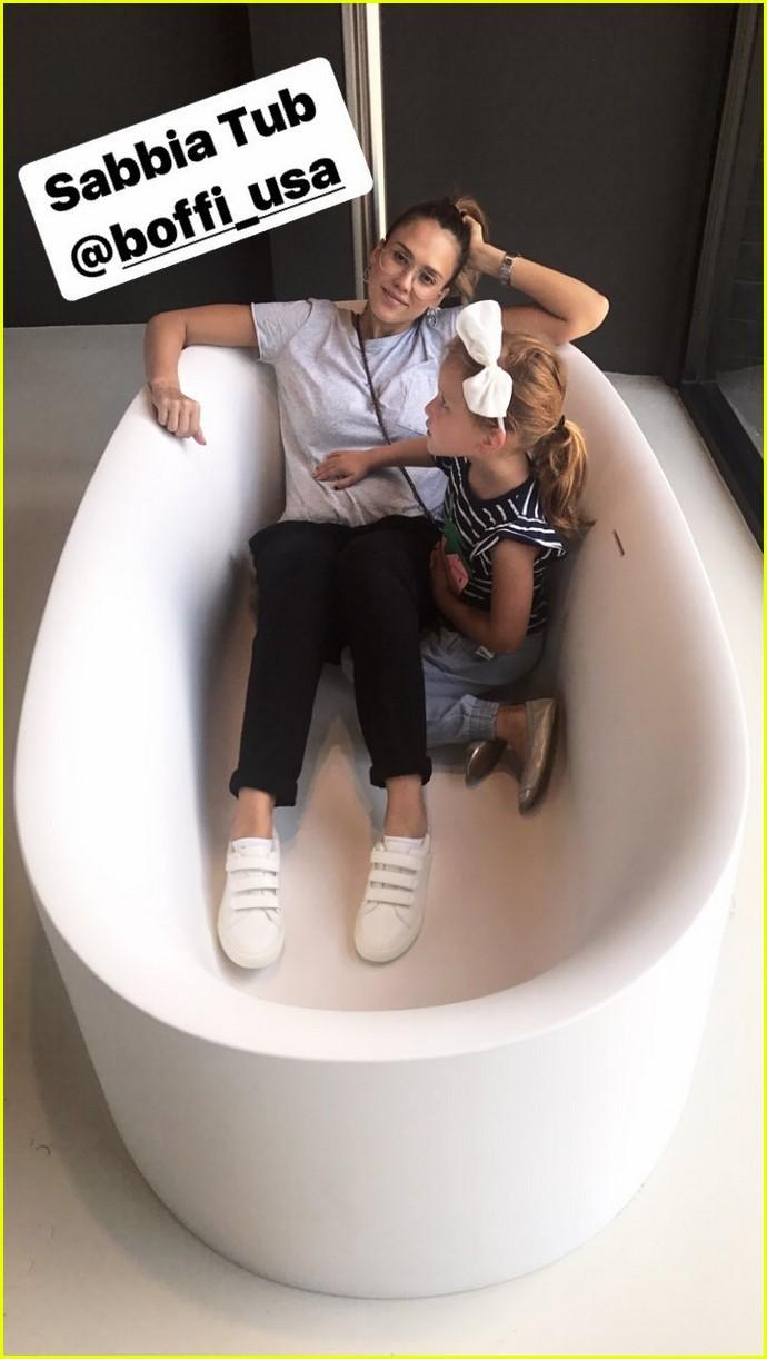 pregnant jessica alba and family go bathtub shopping 103958906