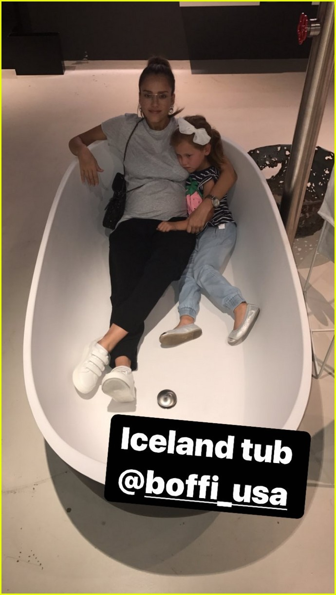 pregnant jessica alba and family go bathtub shopping 113958907