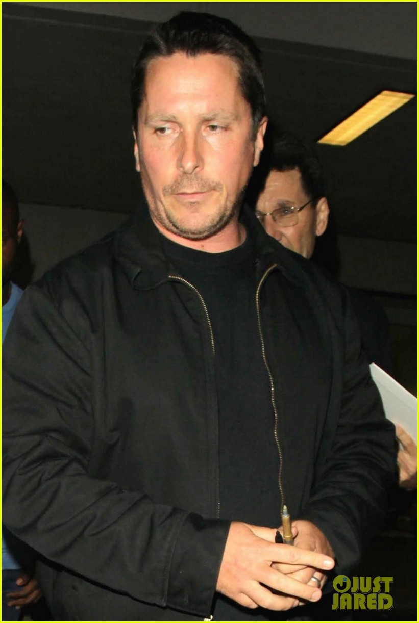 christian bale shows off his filler figure at lax 053956764