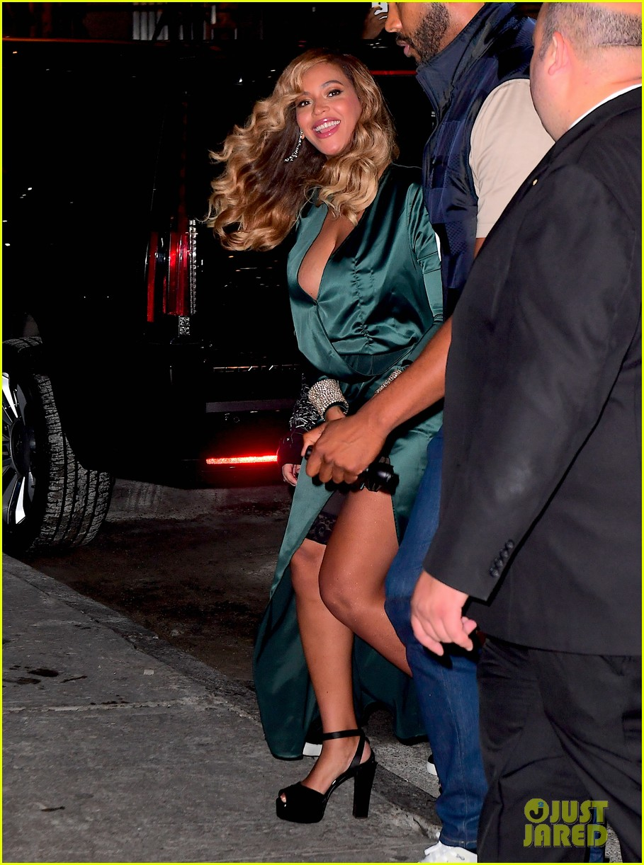 beyonce jay z couple up fror rihanna diamond ball 063957410