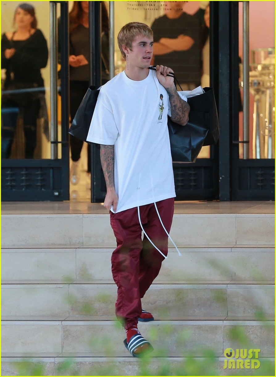 justin bieber picks up some goodies at barneys new york 023963695
