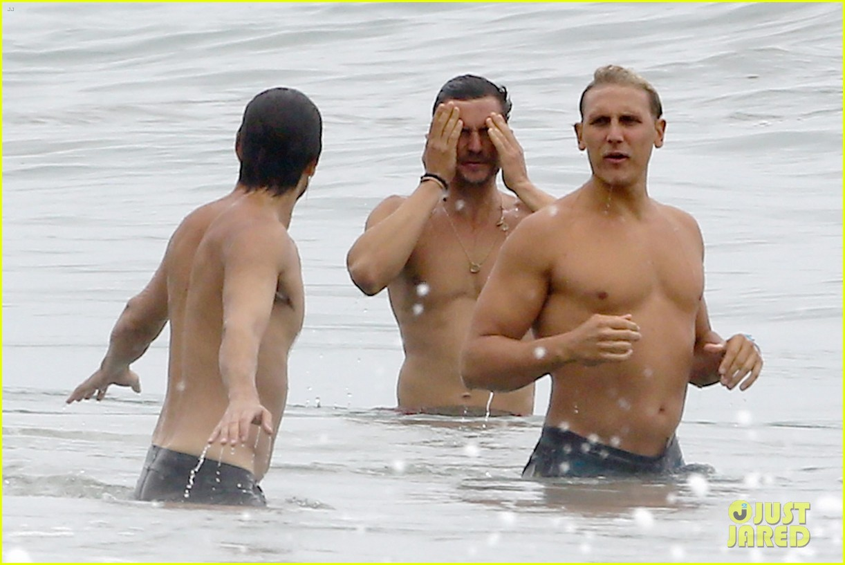 orlando bloom goes shirtless in malibu for labor day weekend 033950524