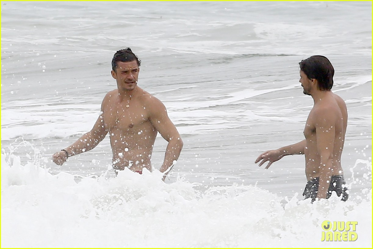 orlando bloom goes shirtless in malibu for labor day weekend 113950532