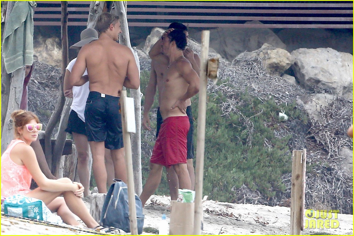 orlando bloom goes shirtless in malibu for labor day weekend 263950547