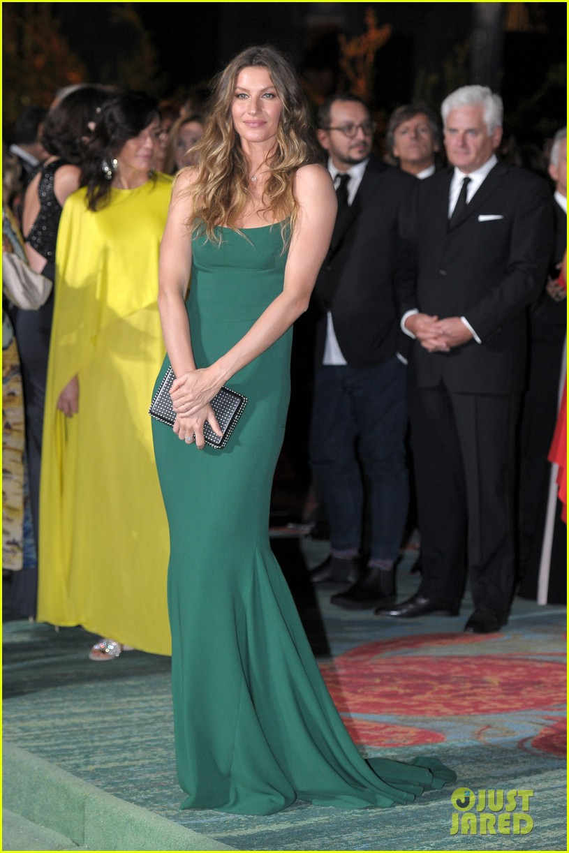 gisele bundchen receives honor at green carpet fashion awards 023963787