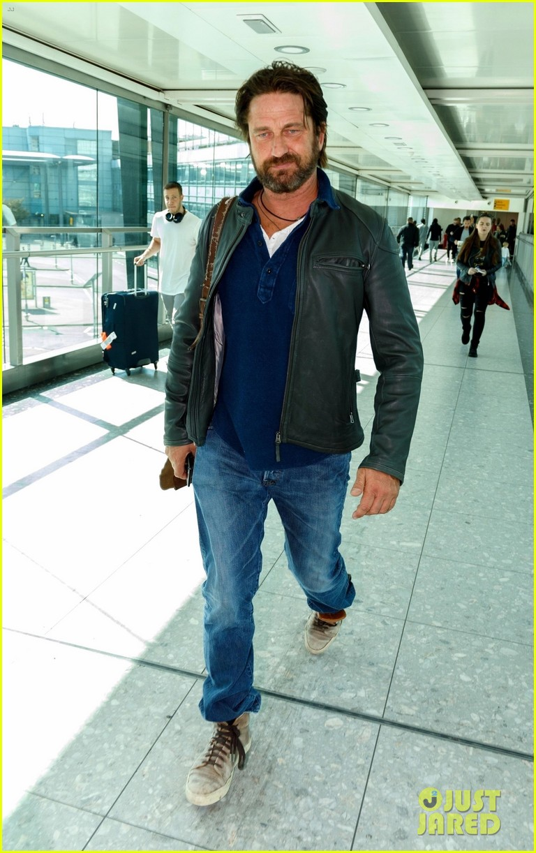 gerard butler catches flight from los angeles to london 013954869