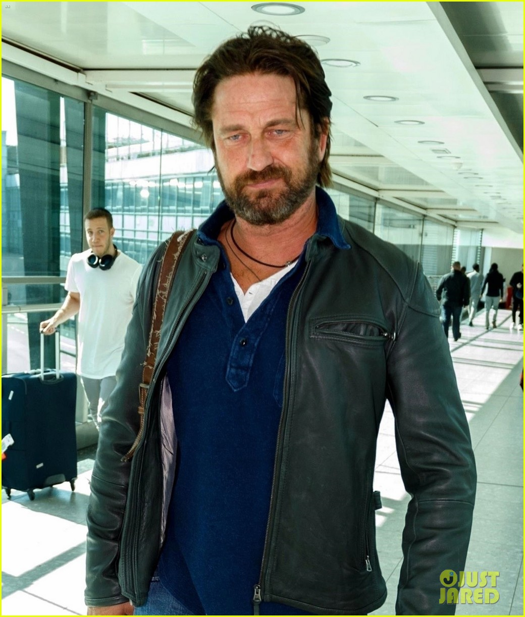 gerard butler catches flight from los angeles to london 043954872