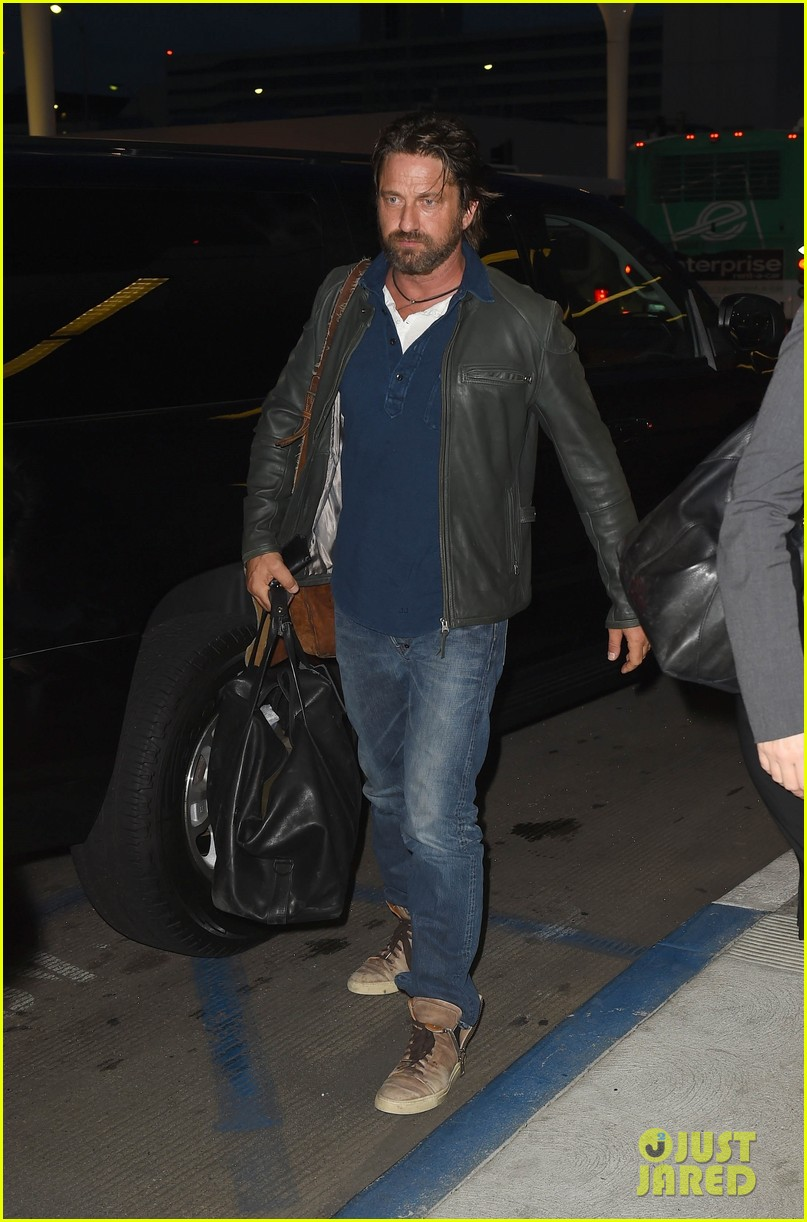 gerard butler catches flight from los angeles to london 073954875