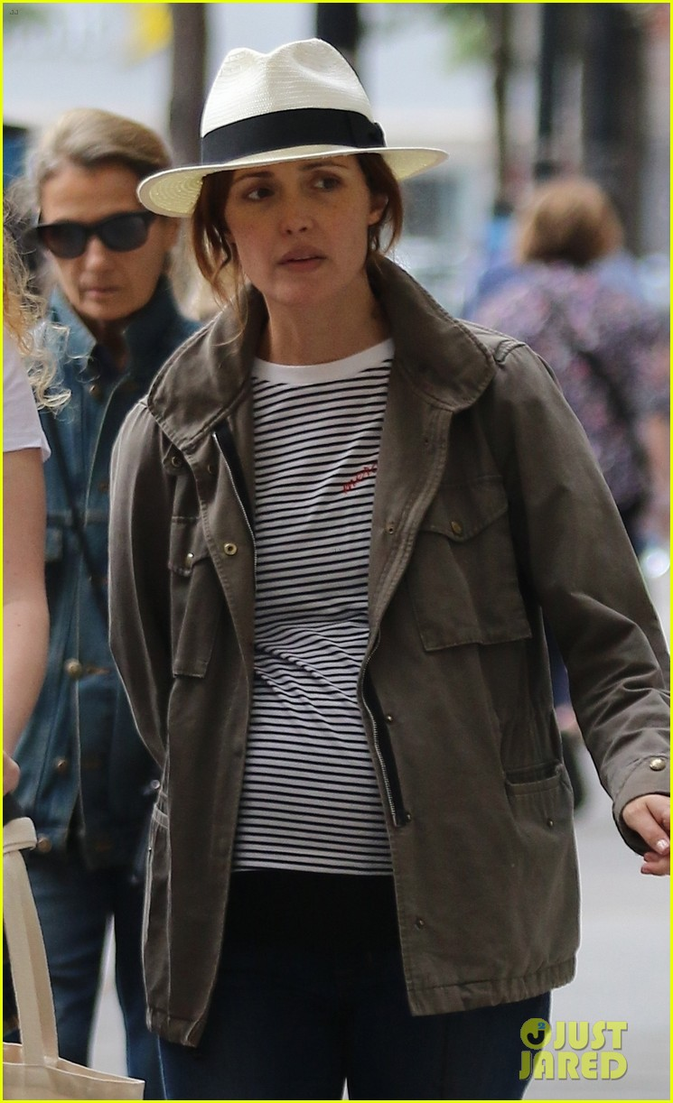 rose byrne shows off her growing baby bump in nyc 023953970