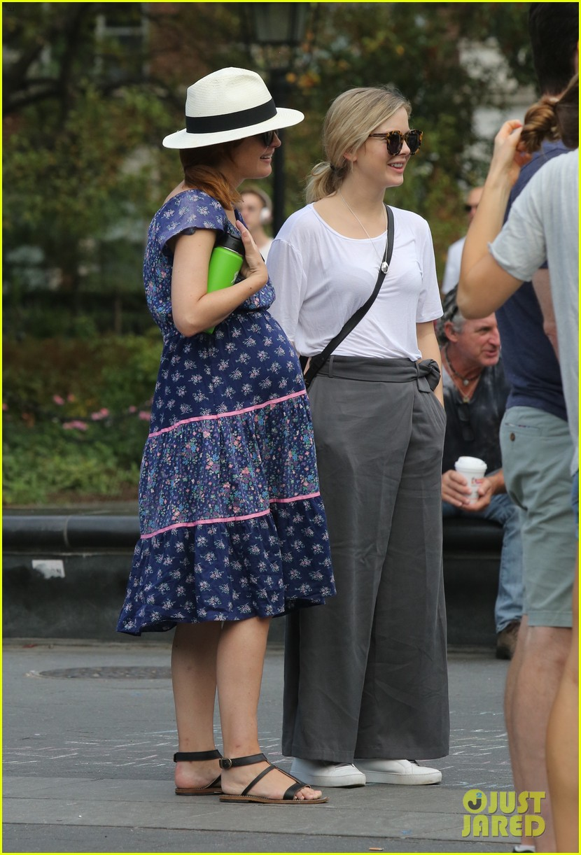 rose byrne shows off her major baby bump in nyc 013959841