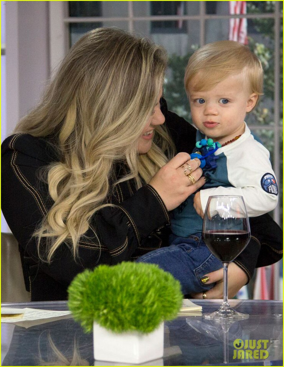 kelly clarkson brings her kids on today talks