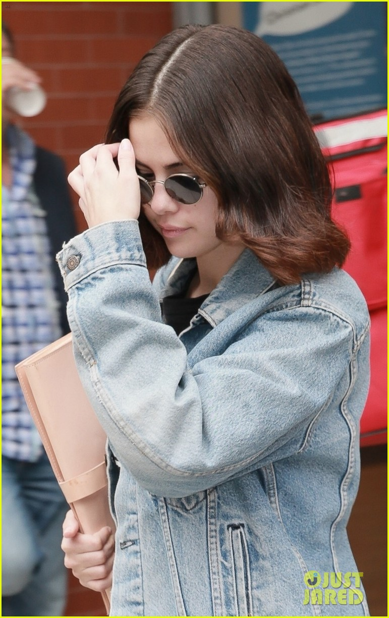 selena gomez practices lines on set of woody allen movie 093960483
