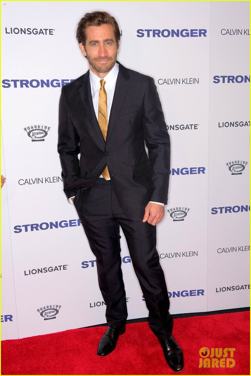 jake gyllenhaal suits up for stronger nyc premiere with tatiana maslany 013957356