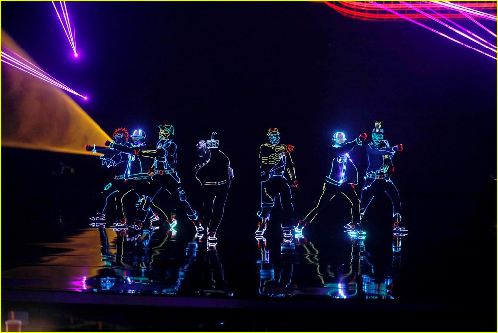 derek hough light balance americas got talent finale 013961672