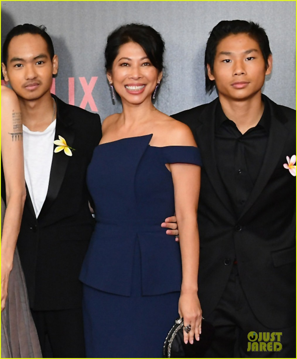 angelina jolies six kids wear yellow flowers to nyc premiere 053957198