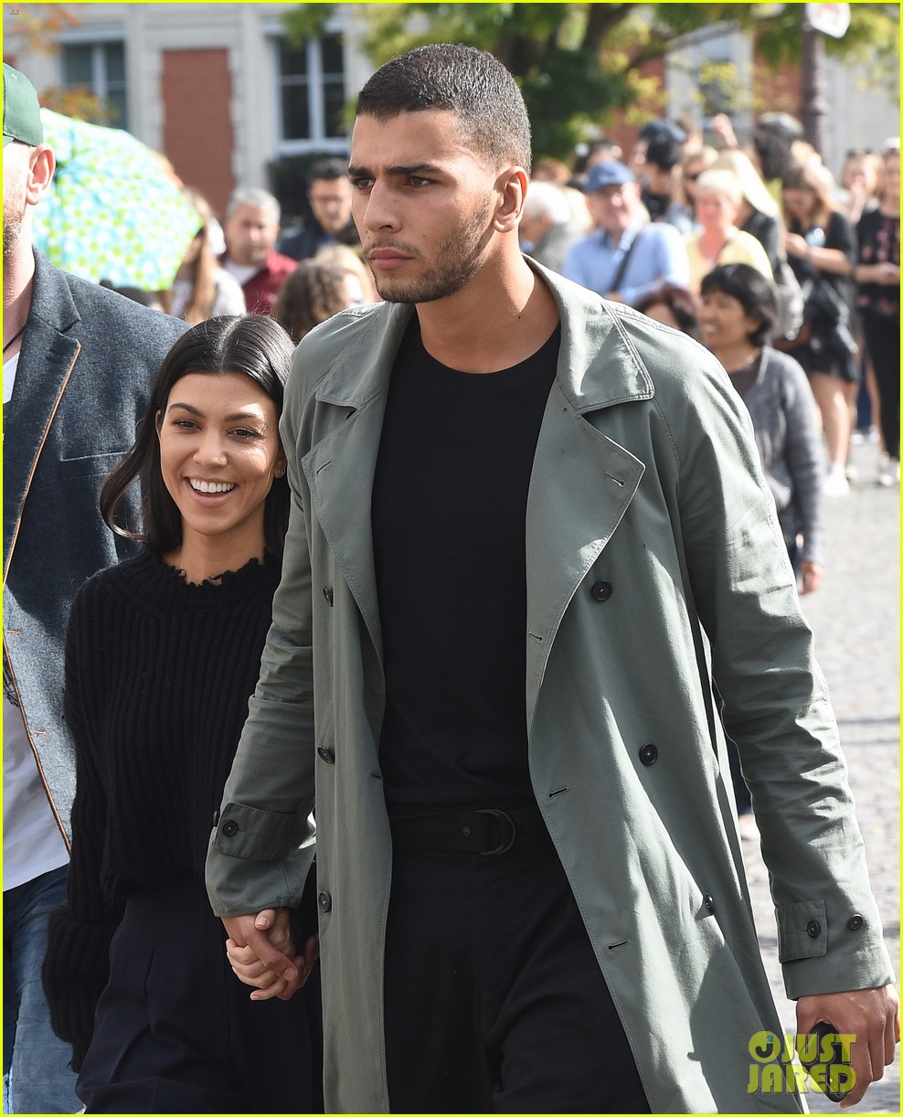 kourtney kardashian younes bendjima hold hands while sightseeing in paris 013966590