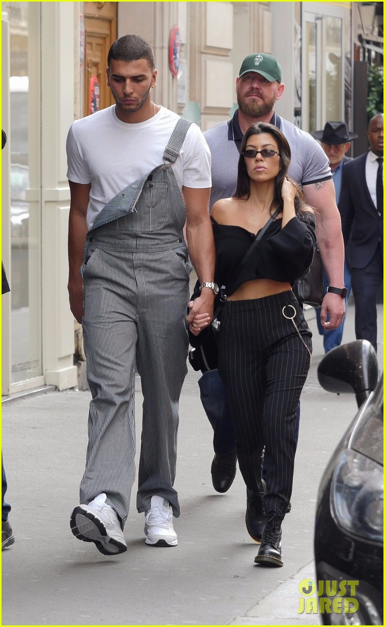 kourtney kardashian younes bendjima hold hands while sightseeing in paris 033966592