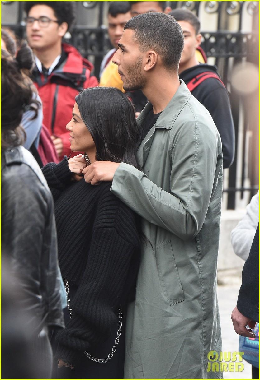 kourtney kardashian younes bendjima hold hands while sightseeing in paris 043966593