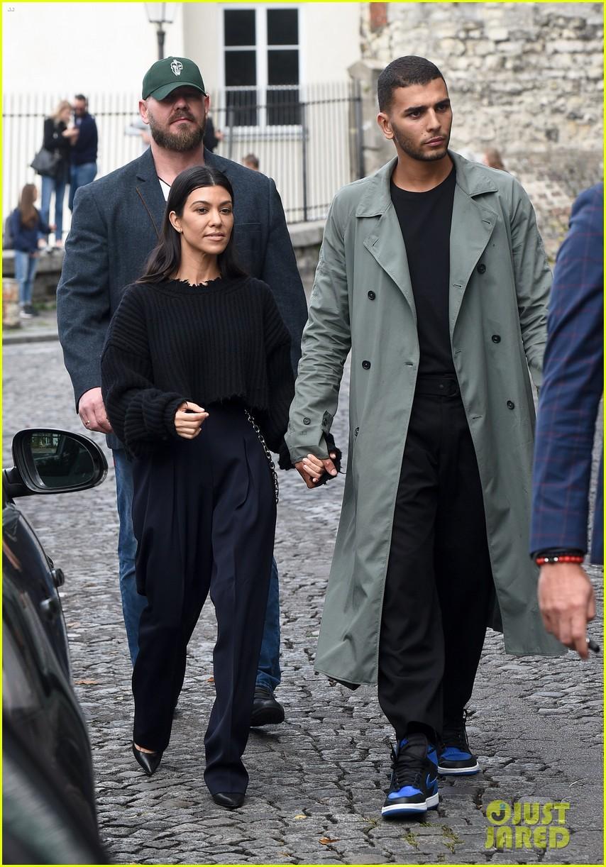 kourtney kardashian younes bendjima hold hands while sightseeing in paris 083966597