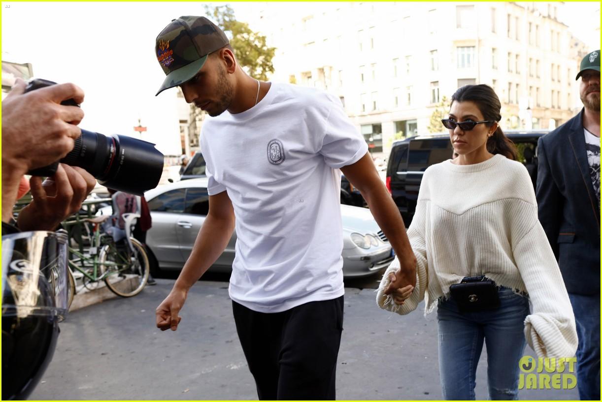 kourtney kardashian younes bendjima hold hands while sightseeing in paris 123966601
