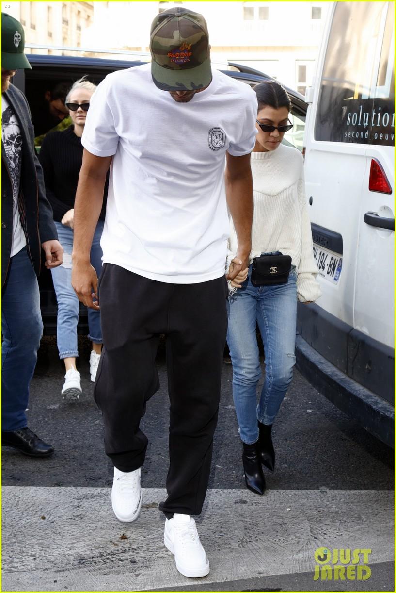 kourtney kardashian younes bendjima hold hands while sightseeing in paris 153966604