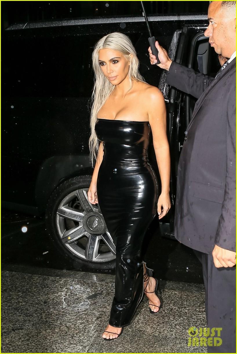 kim kardashian rocks platinum hair skin tight dress for tom ford show 013951557