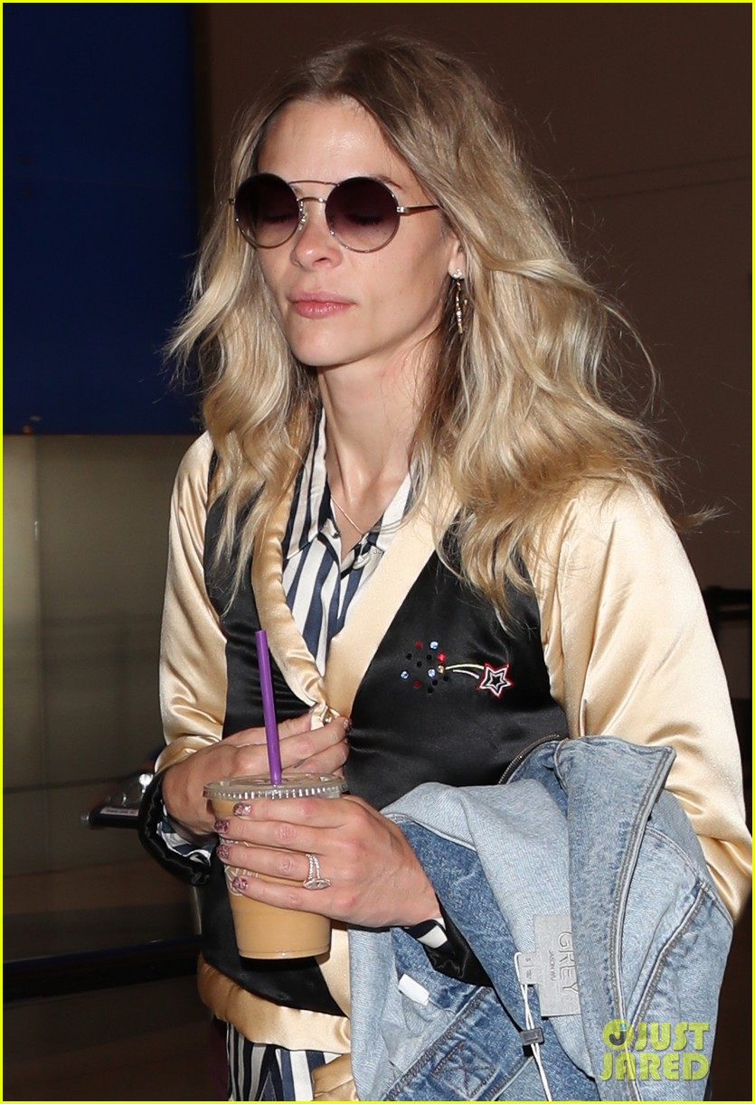 jaime king jets home from nyfw 043956818