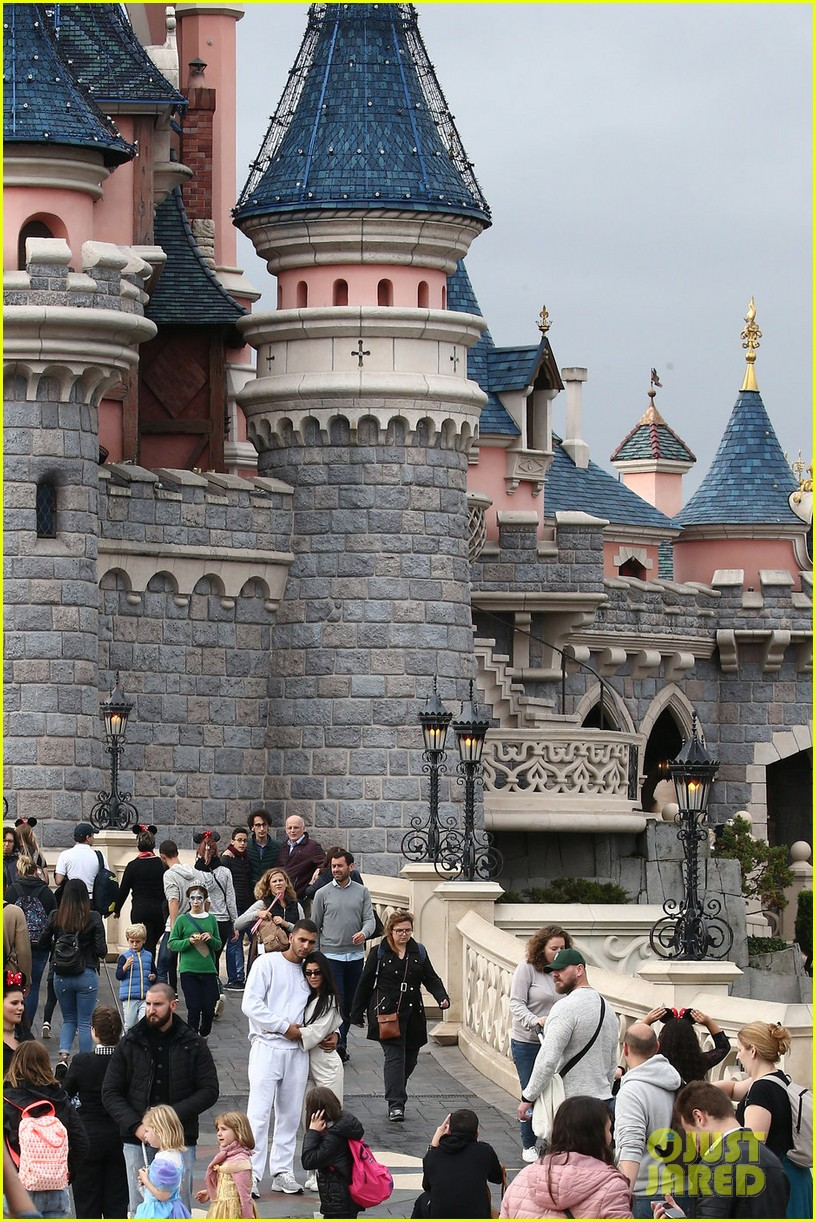 kourtney kardashian younes bendjima disneyland paris 033965775