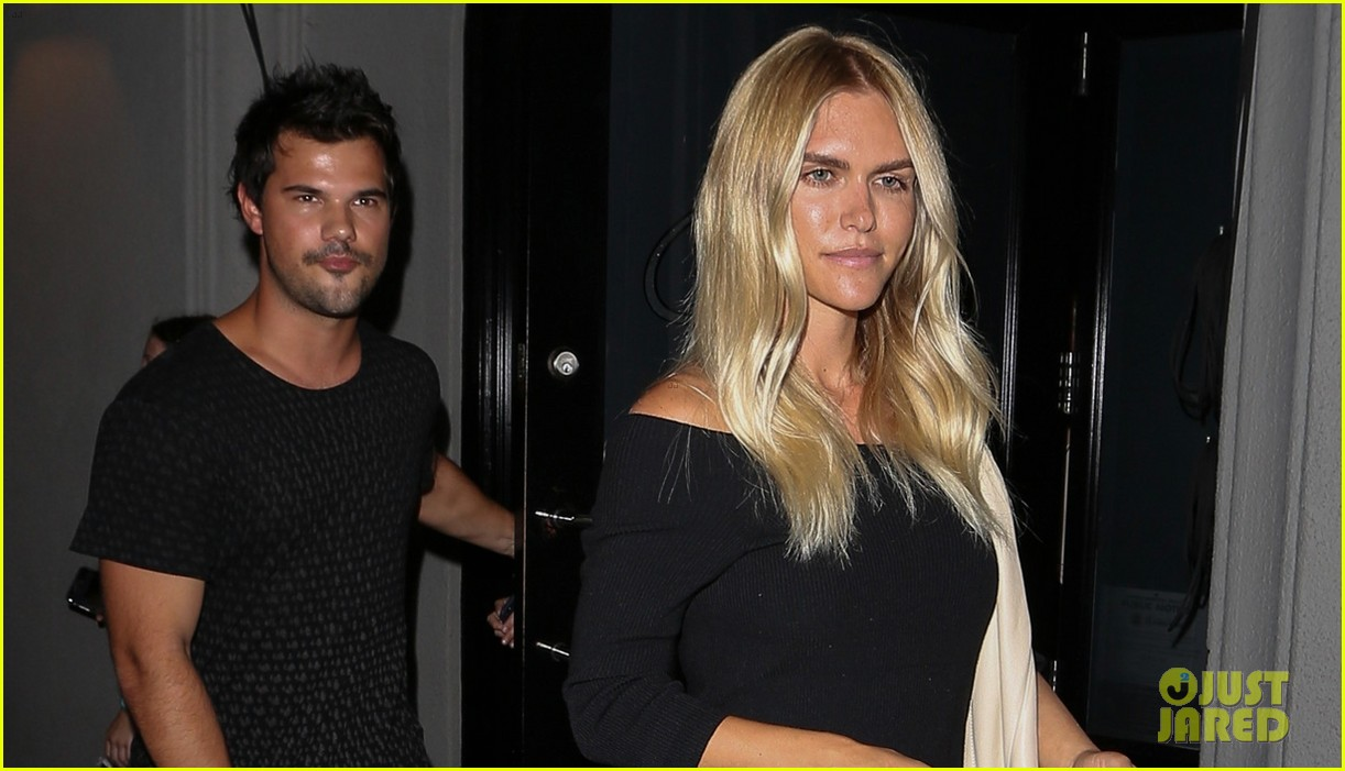 taylor lautner grabs dinner with fashion blogger lauren scruggs 043949073