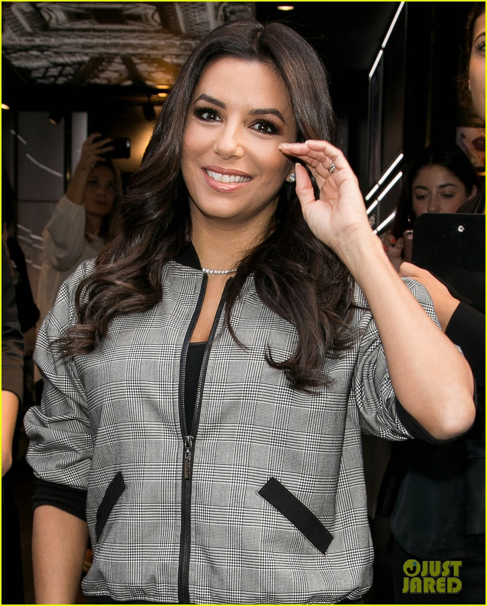 eva longoria is covered in colors at loreal fan meet and greet 053960598