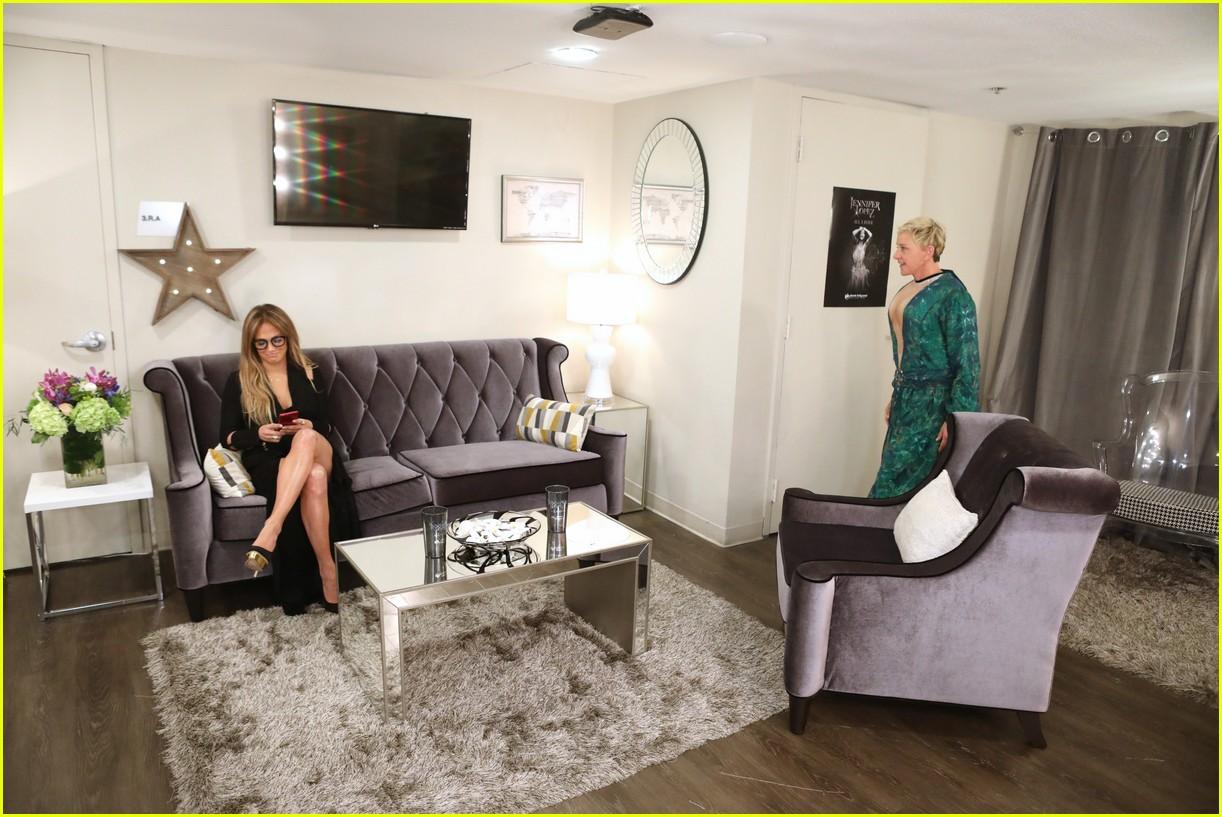 Ellen degeneres wears jennifer lopez 39 s iconic green for Jennifer lopez house address