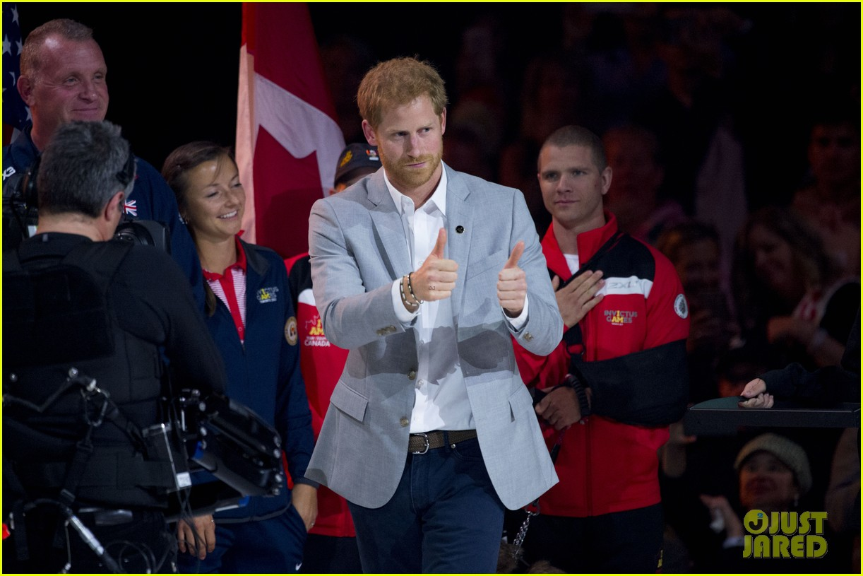 meghan markle cozies up to prince harry at invictus games 013966567