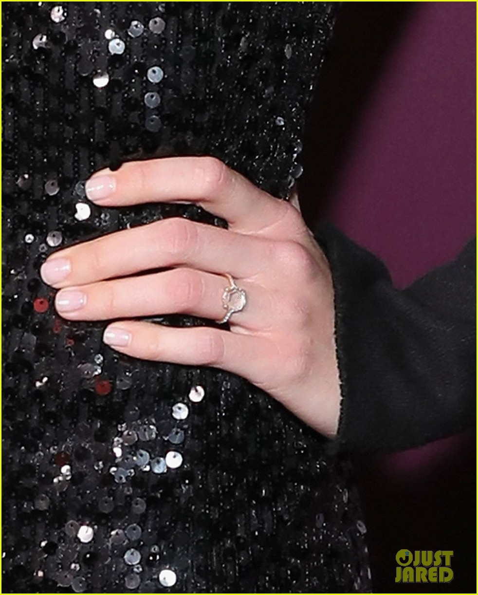 mandy moore shows off engagement ring at pre emmys party 023958129