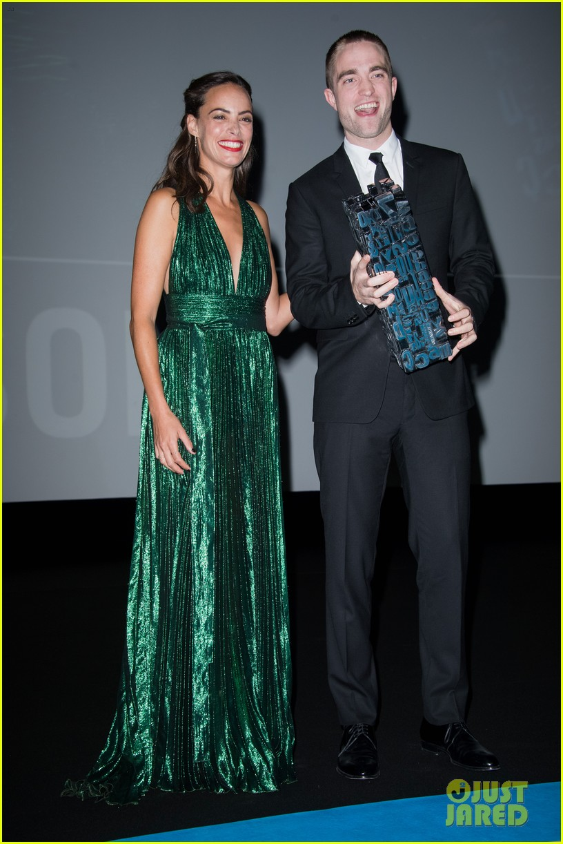 robert pattinson accepts special honor at deauville film fest 033949609