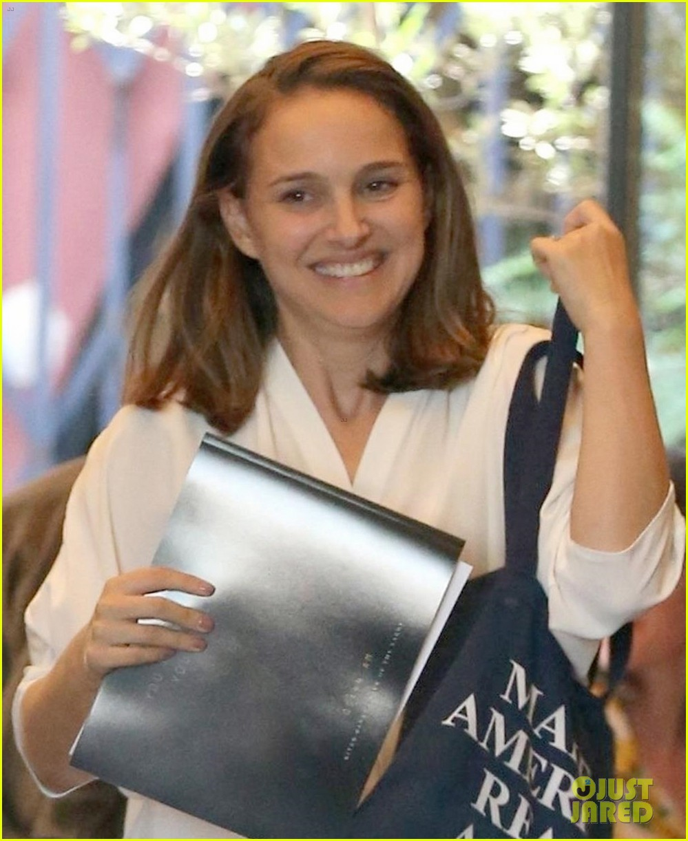 natalie portman goes makeup free while running errands in los feliz 023965083