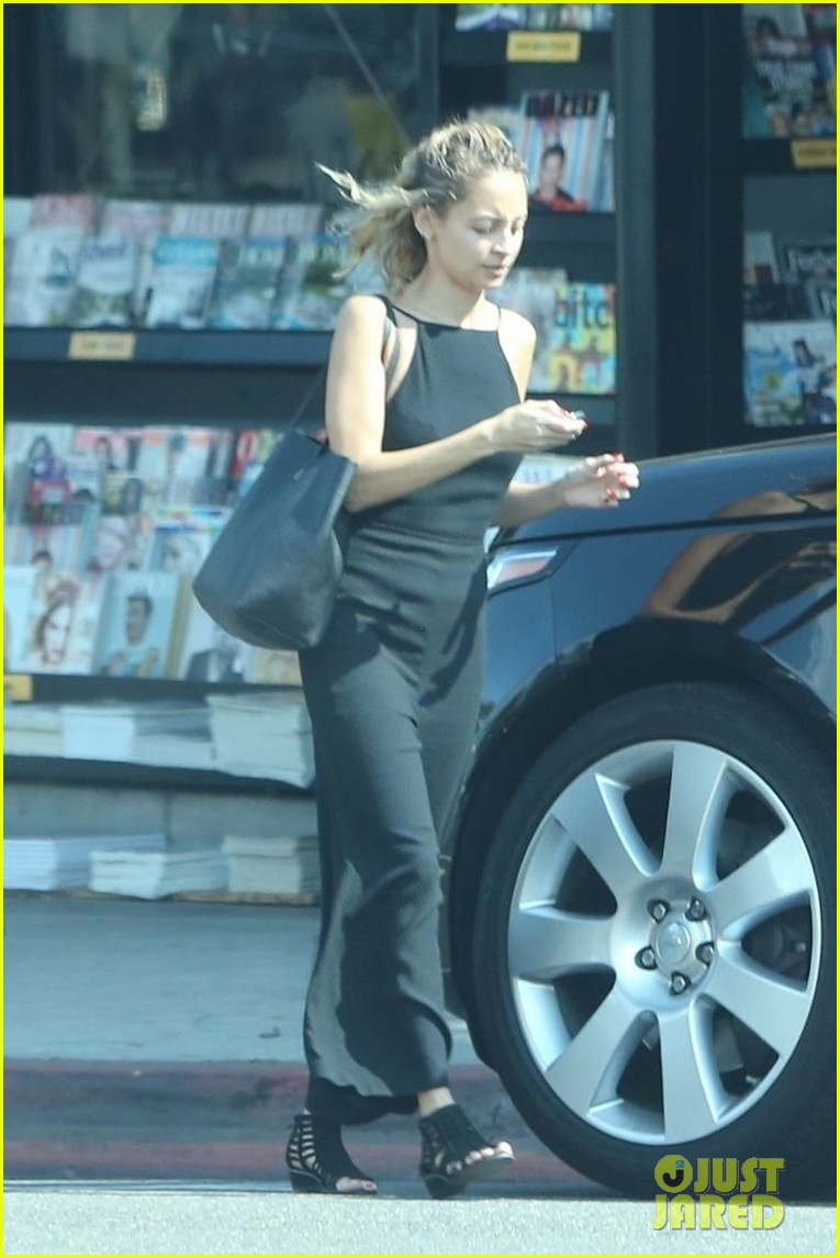 nicole richie goes makeup free while running errands 023949991
